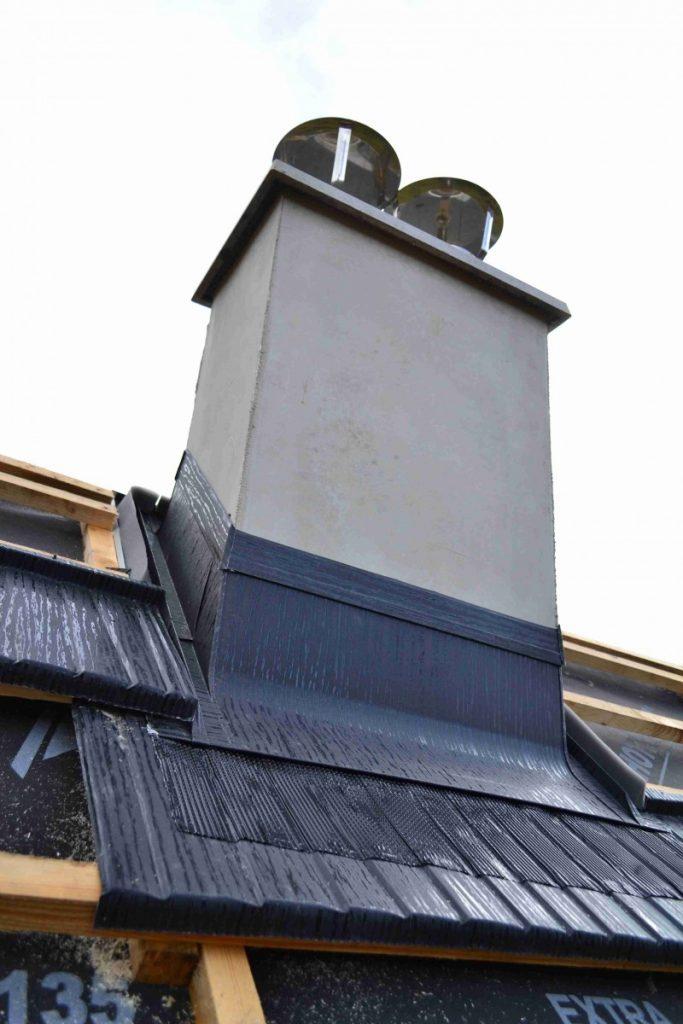 pohľad z dola olemovaného komína pre položením plechovej krytiny