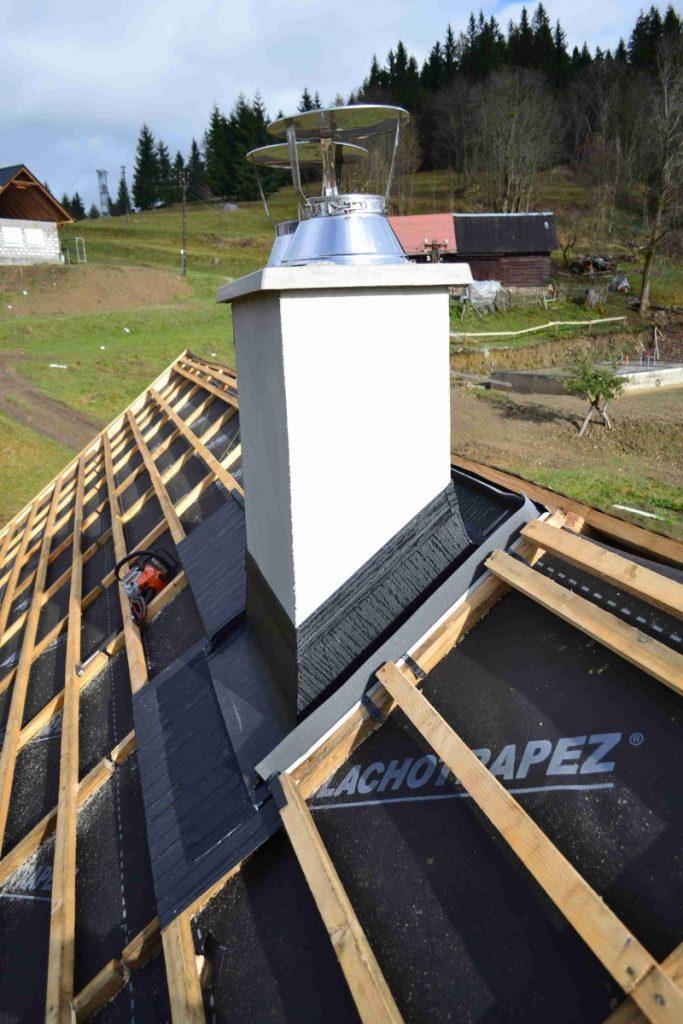 biely komín na streche pred položením plechovej krytiny