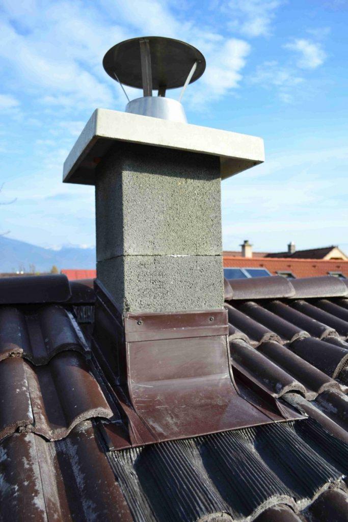 oplechovaný komín v profilovanej betónovej škridle