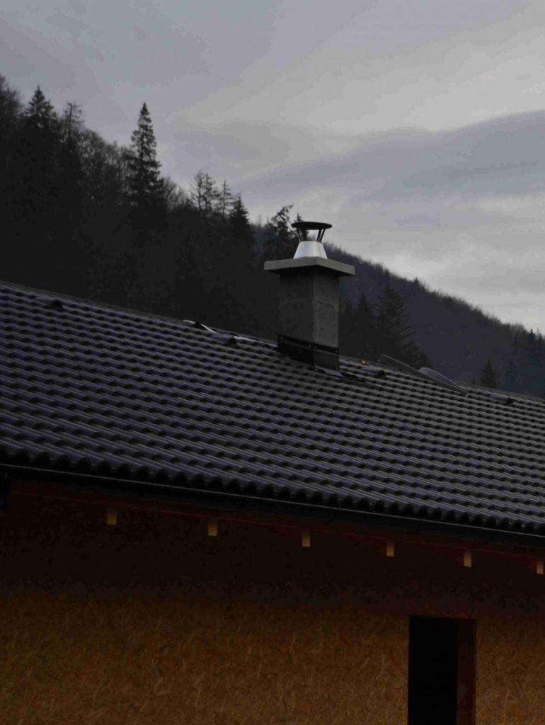 chmúrny pohľad na olemovaný komín s horou v pozadí