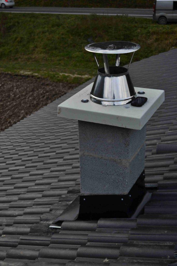 pohľad z vrchu na olemovaný komín vsadený do profilovanej betónovej škridle