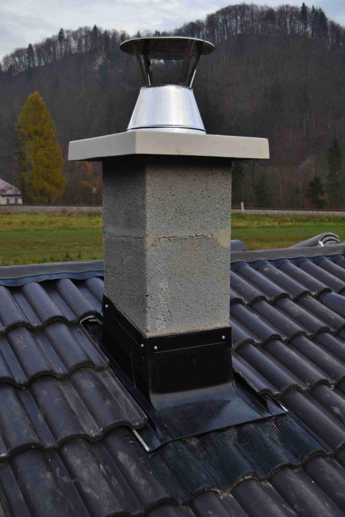 lemovanie komína s jesennou hôrkou v pozadí