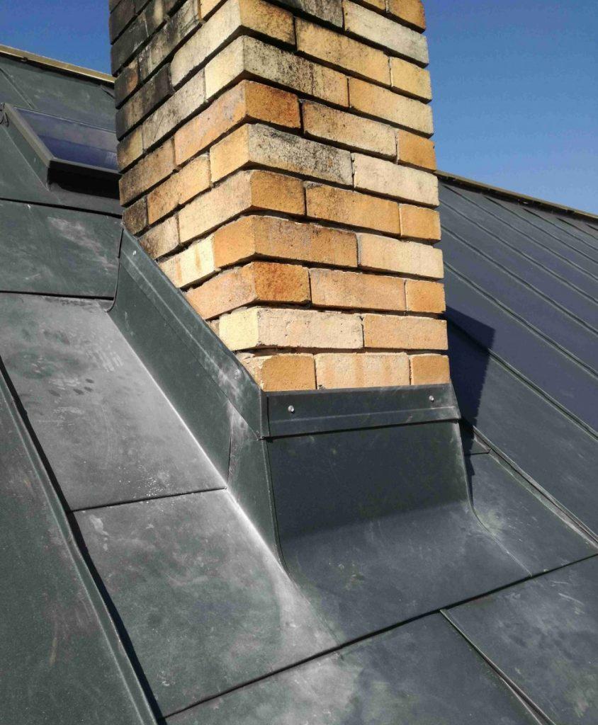pohľad z dola na lemovanie komína na streche z falcovanej krytiny