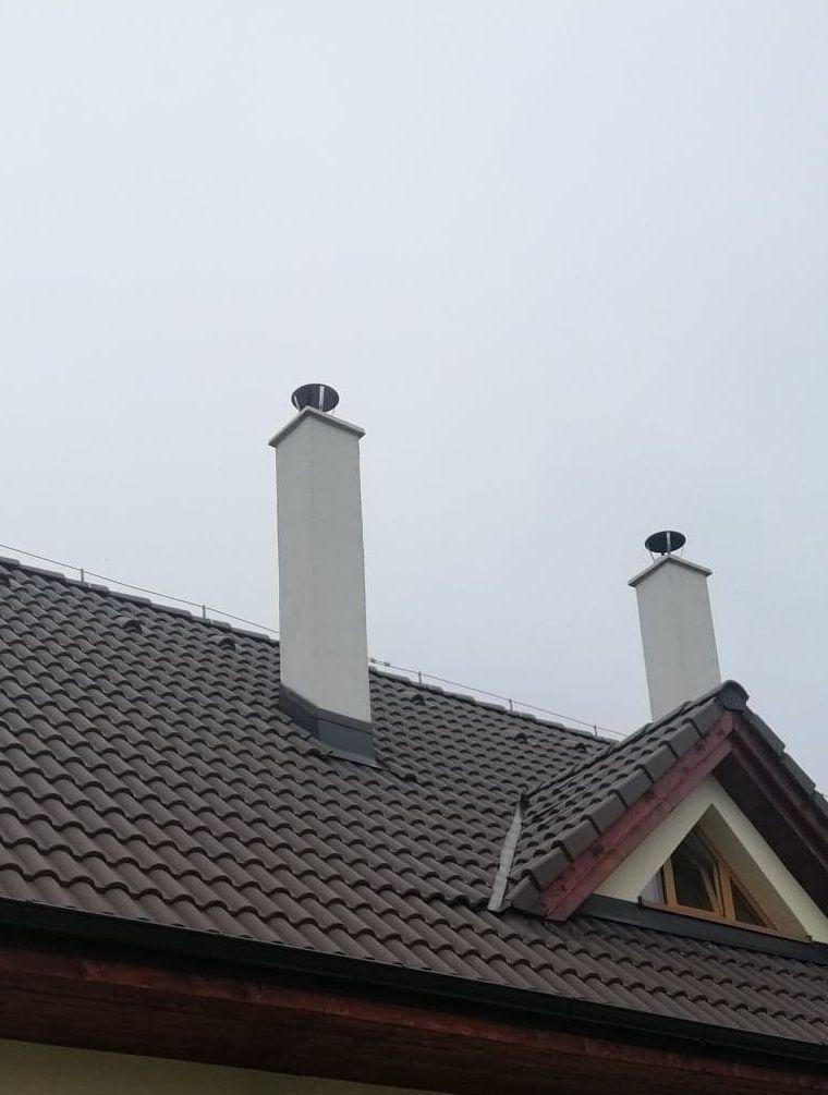 pohľad na dva komíny so strešným oknom