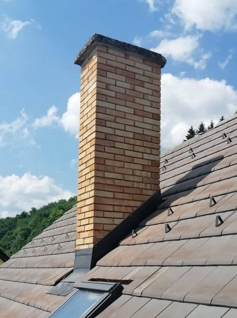 komín pieskovej farby na streche