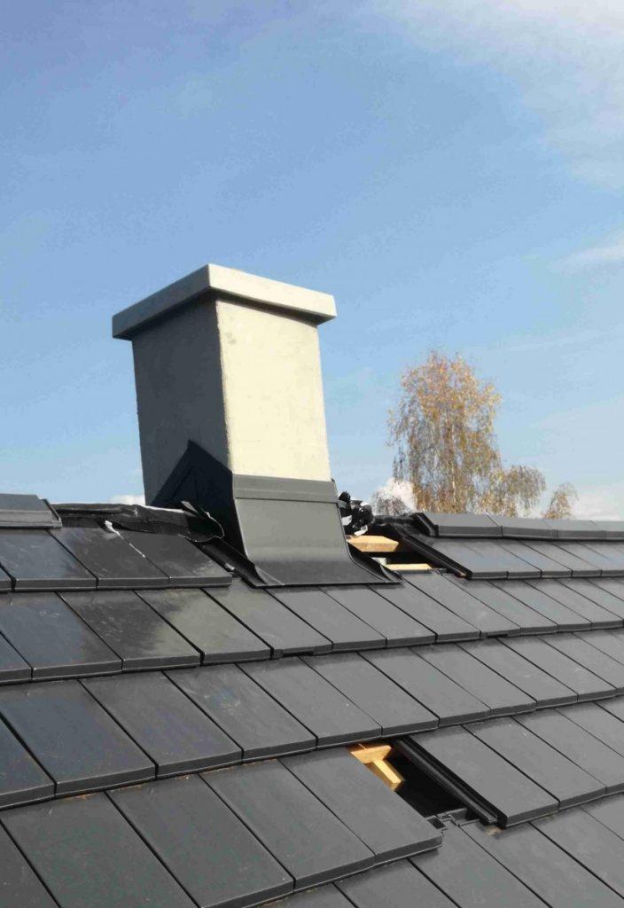 oplechovaný biely komín v čiernej streche