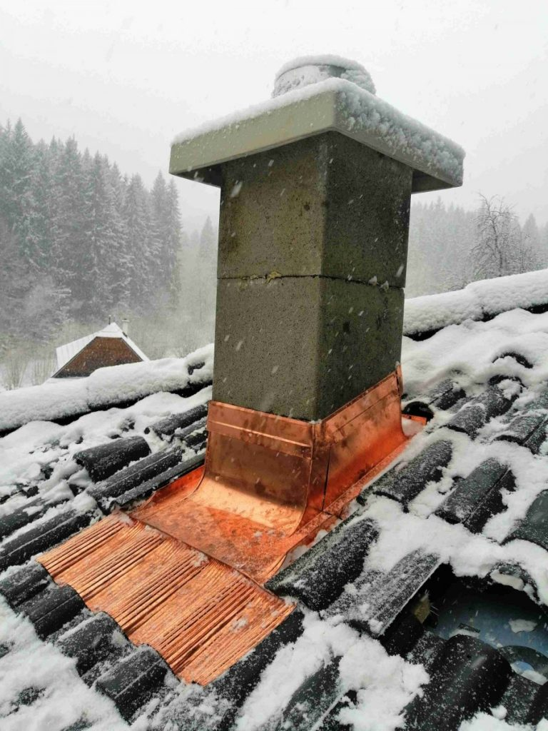 zasnežený lemovaný komín do betónovej škridle
